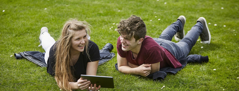 Ligger i græsset og har danskundervisning online