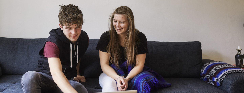 To unge lærer basisdansk 13+ på computer