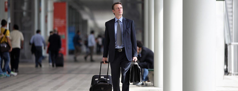 Mand i lufthavn på vej ud i verden