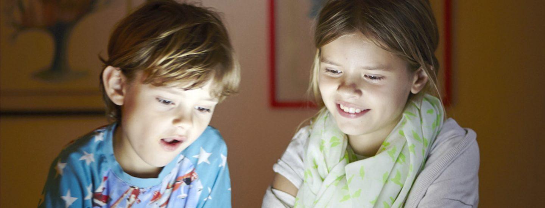 To børn lærer dansk online på tablet
