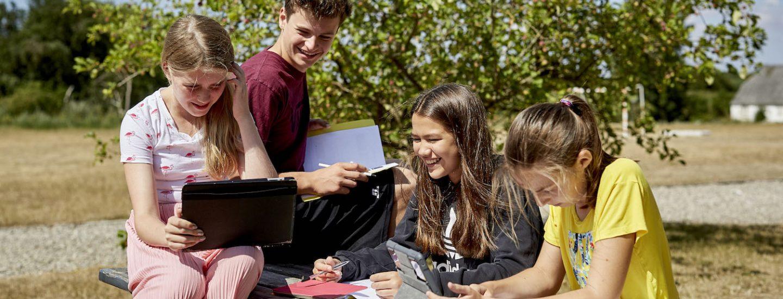 Børn hygger sig med online danskundervisning