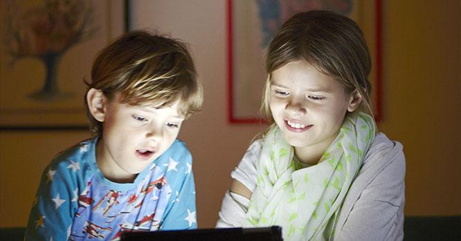 To børn sidder ved computer, skoledansk, danes worldwide