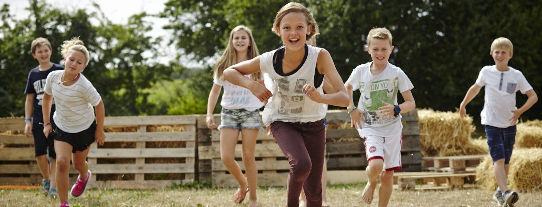 Børn leger på Sommerskolen