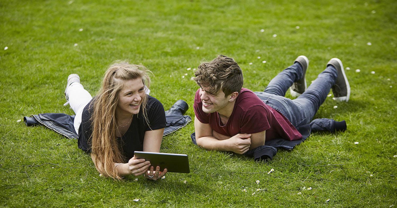 To unge på en græsplæne