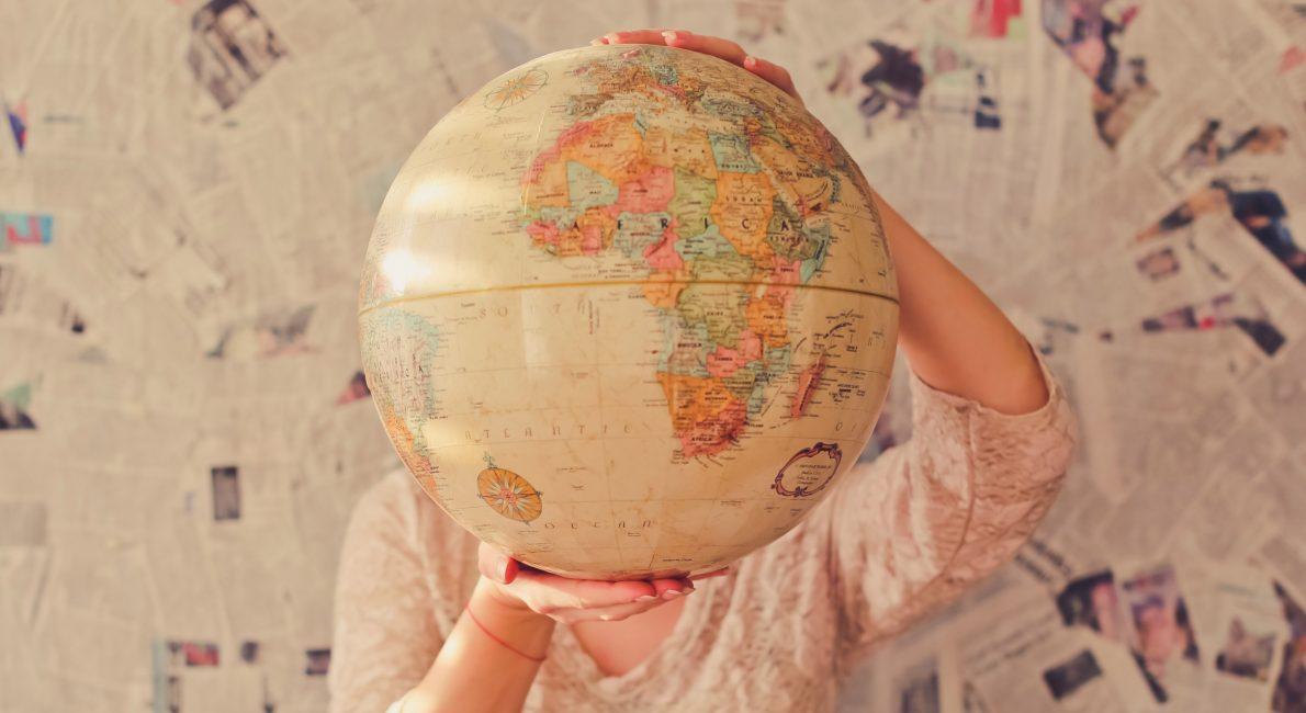 kvinde bag globus, danes wordwide