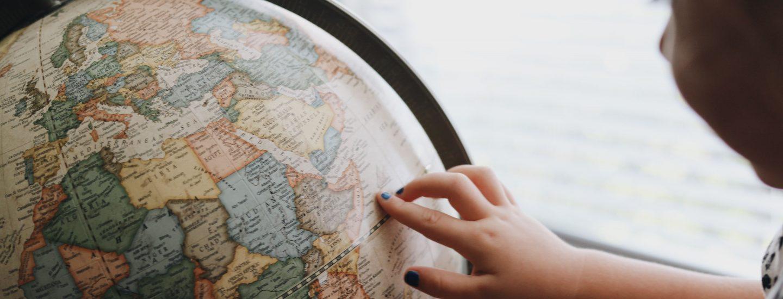 barn kigger på globus, udlandsdanskere, danes worldwide